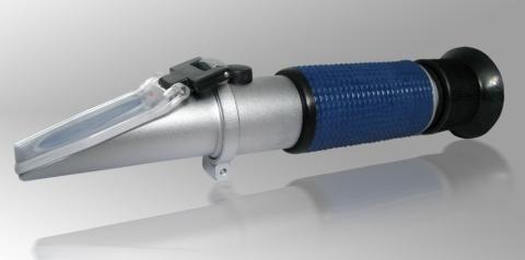 Refraktometr - przyrząd optyczny przeznaczony do precyzyjnego pomiaru stężenia koncentratów technicznych.